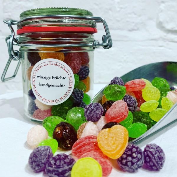 Würzige Früchte im Glas